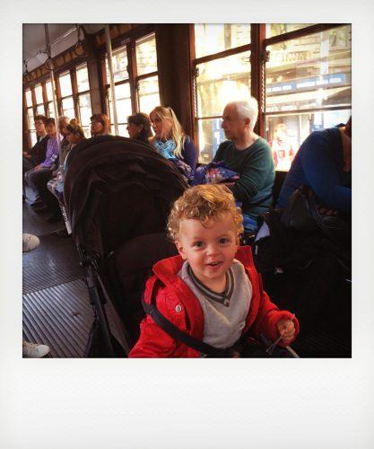 Bambino in tram vintage di Milano