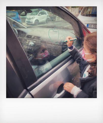 Bambini danno l'addio a un'auto