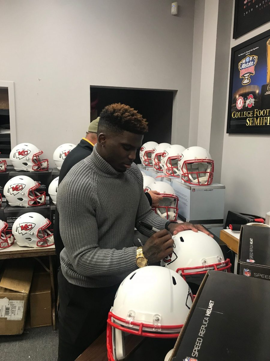 tyreek-hill-signing-rotated