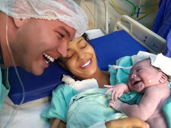 2 Bebé recién nacida sonríe cuando escuchó la voz de su papá por primera vez