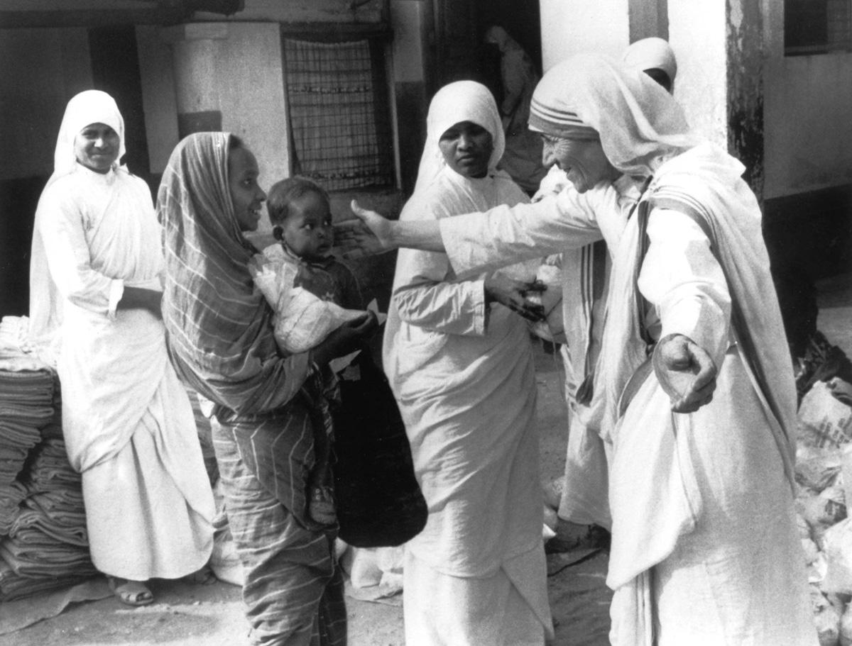 Mere Teresa (1910-1997) prix Nobel de la Paix en 1979, ici dans son action aupres des desherites de Calcutta dans les annees 70  ---   Mother Teresa (1910-1997) peace Nobel prize in 1979, her with underpriviledged people of Calcutta in the 70's *** Local Caption *** Mother Teresa (1910-1997) peace Nobel prize in 1979, her with underpriviledged people of Calcutta in the 70's