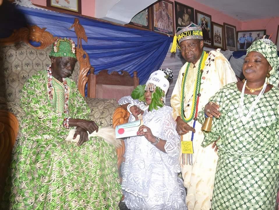 Kabiyesi Oba Dr Francis Adedoyin the Ogunsua of Modakeke presents certificate to Yeye Osun MDK1. In the presence of Aare Alasa of Osogbo Baba Ifagbenusola Atanda