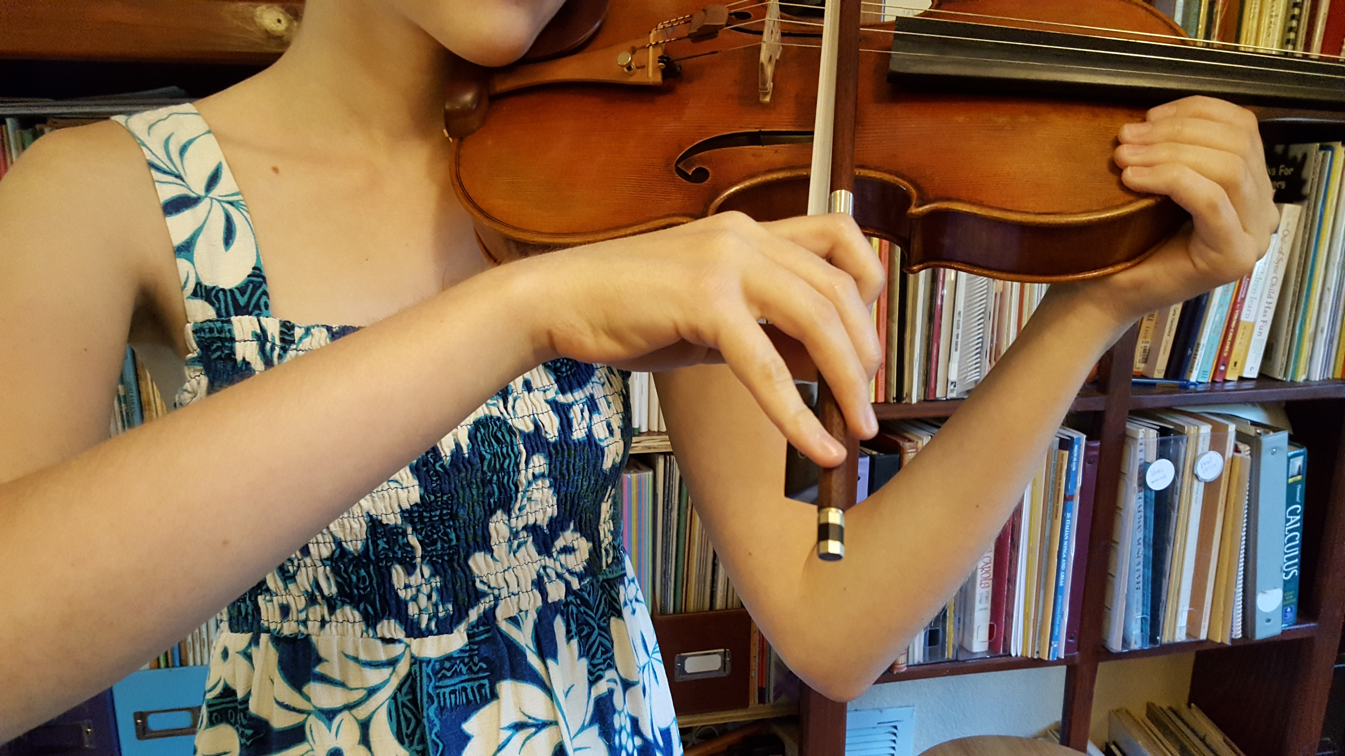 Violin bowhold with straight pinky