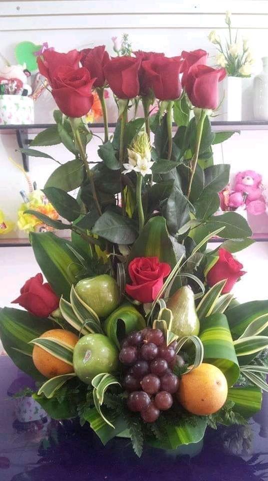 Arreglo de frutas y flores