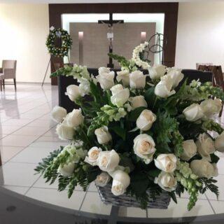 Arreglo de condolencias con rosas blancas