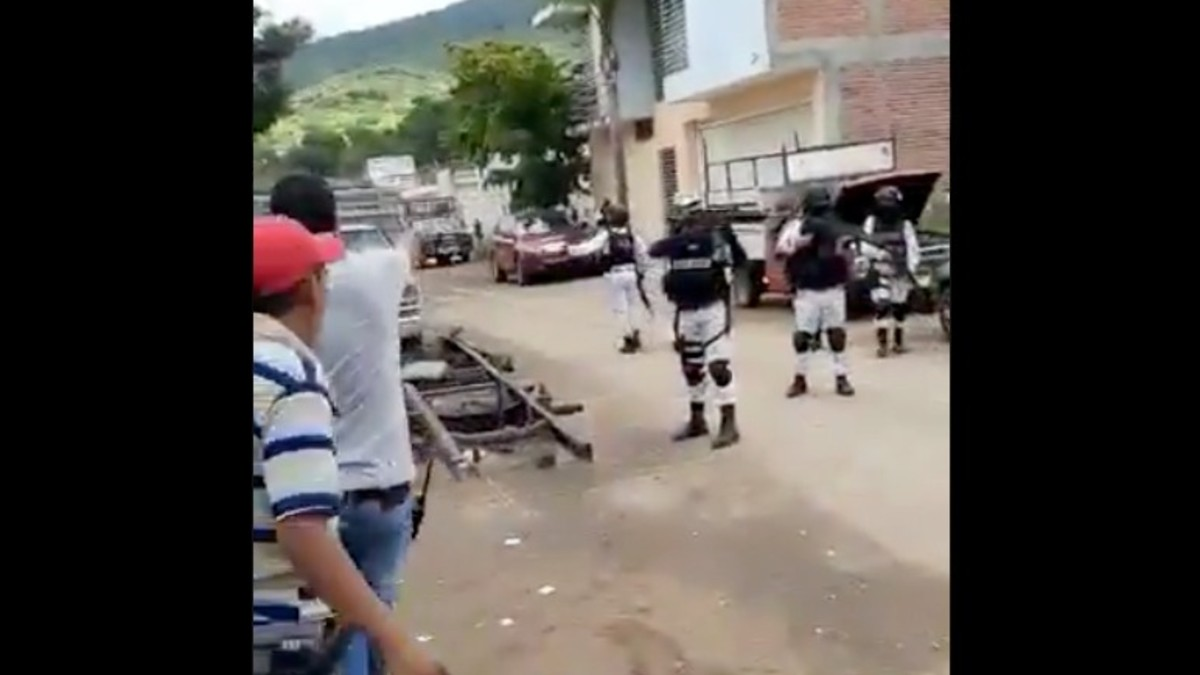 Enfrentamiento entre elementos de la Guardia Nacional y civiles. Imagen tomada del video