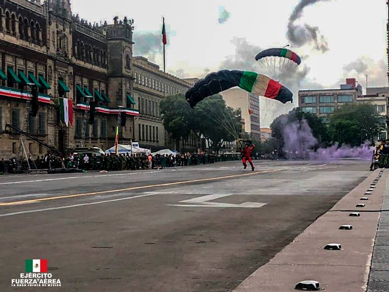 Paracaidistas en el Desfile militar 2020