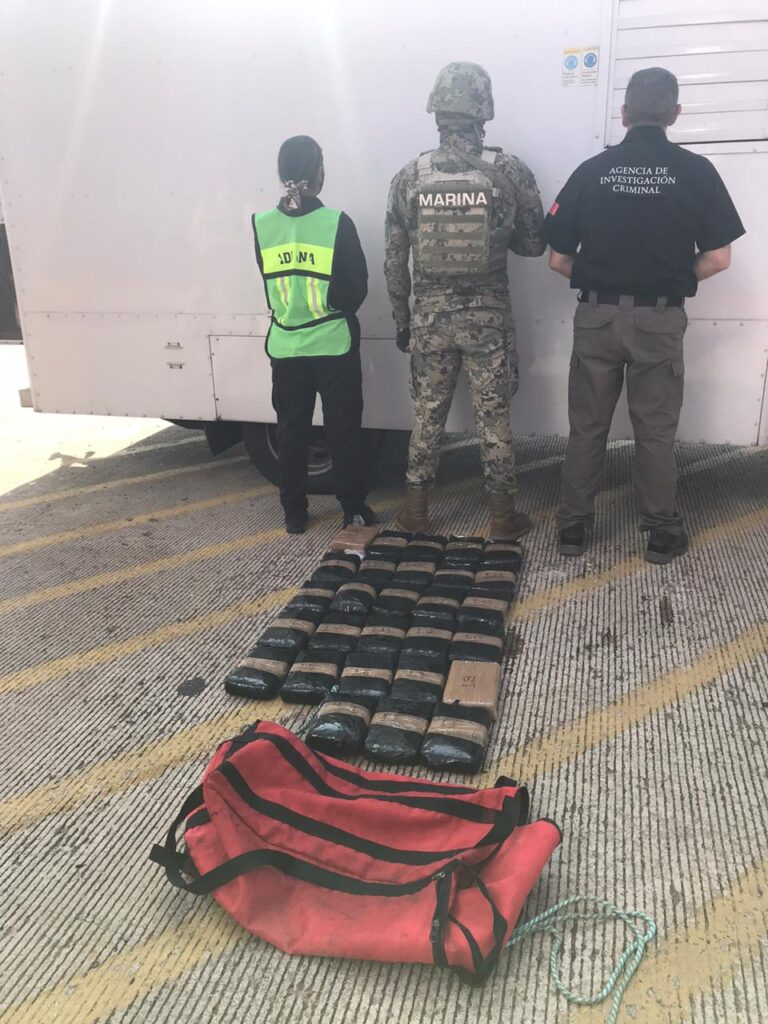 SEMAR asegura maleta con cocaína