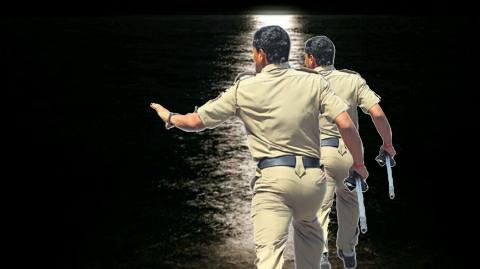 पुलिस को देख पानी में कूदकर भागा तस्कर, शराब बरामद