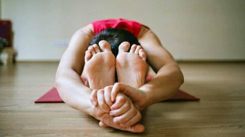 मनुष्य के शरीर-मन और भावना को स्थिर व नियंत्रित करता है योग