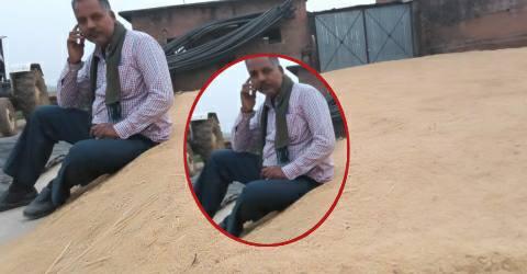Farmer-asking-umeshchandra-pandey.jpg