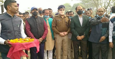 Shaheed-statue-DM-SP-Bhojpur.jpg