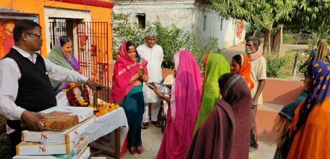 Dularpur-Clothing distributed on the death anniversary of Suraj Prasad Singh