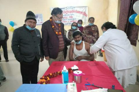 Shahpur Bihiya-Health workers get vaccinated on the first day of corona vaccination