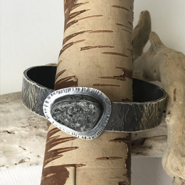 Hammered and patinated silver cuff bracelet with druzy quartz - Sterling silver