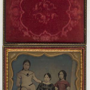 Retrato de una mujer y dos niñas
