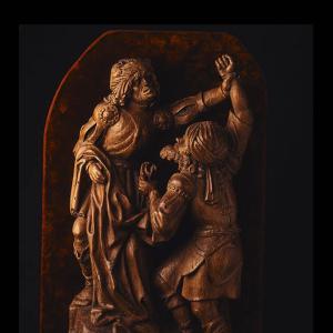 Dos soldados disputándose las vestiduras de Jesús al pie del Calvario