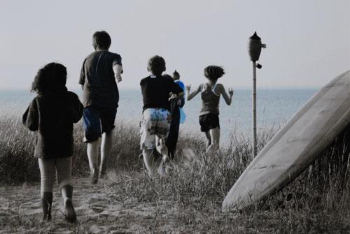 kids-running-to-beach