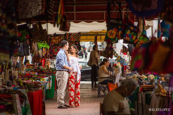 Sesión de Fotos Preboda Casco Antiguo, Panamá entre vendedores de Plaza