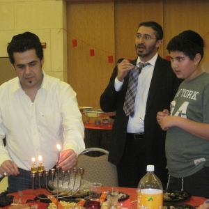 Sol-Benshabbat-Lights-the-Candles-in-memory-of-his-father