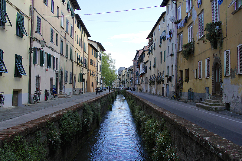 Via del Fosso has a canal running through the center