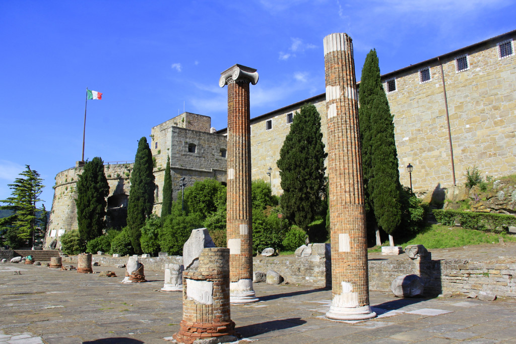 In front of the castle were ancient Roman ruins
