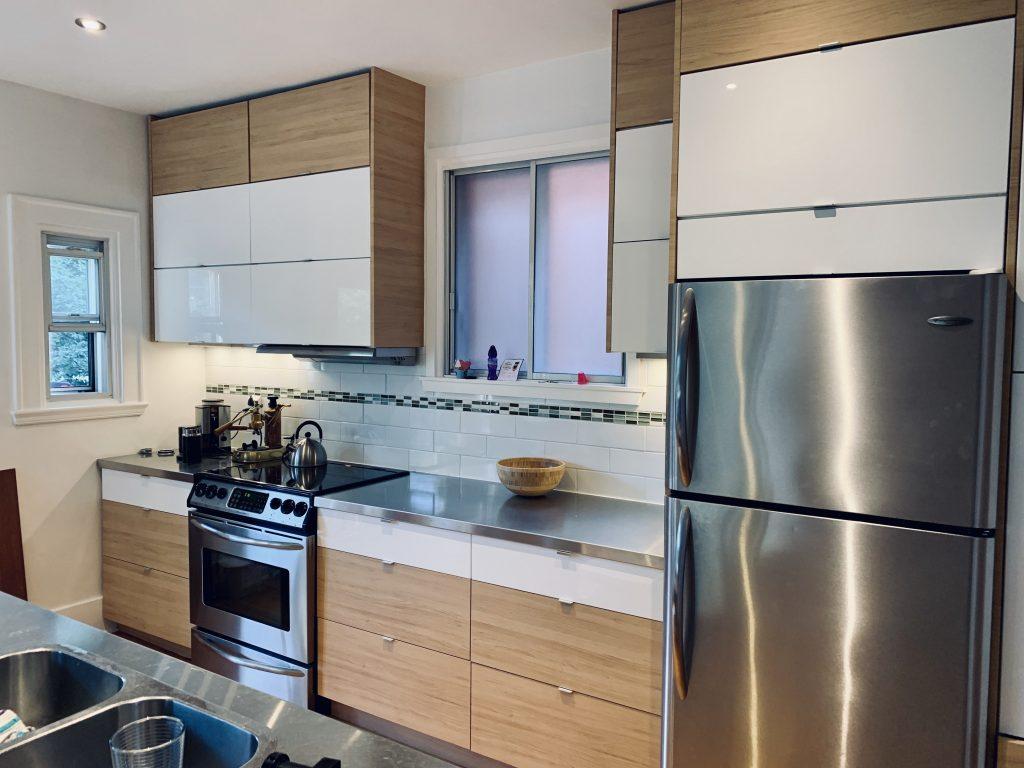 Refacing d'armoire de cuisine blanc et bois