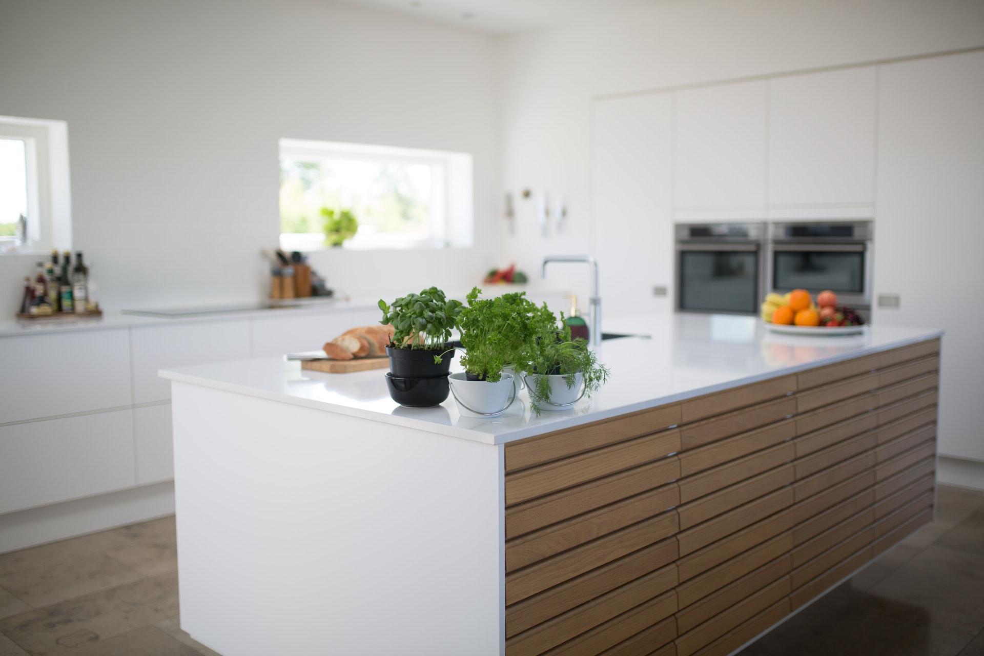 Resurfaçage d'armoire de cuisine blanc et bois