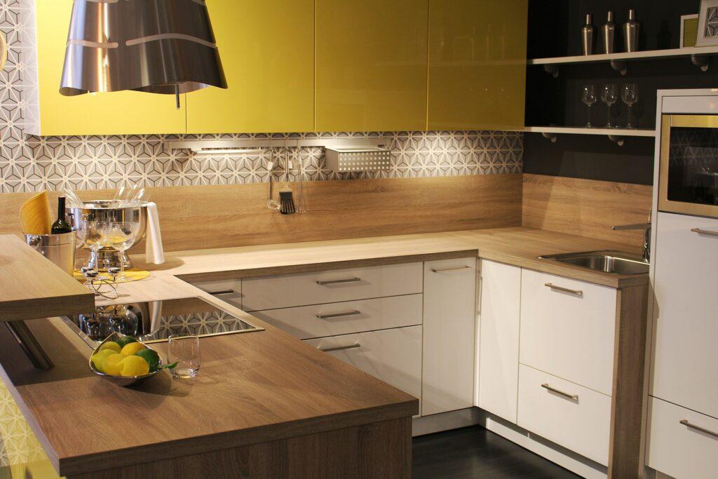Resurfaçage d'armoires de cuisine blanc et bois