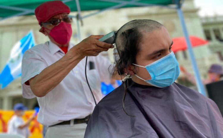 Manifestantes en la Plaza Central se cortan el cabello, «no somos 150 pelones» aseguran