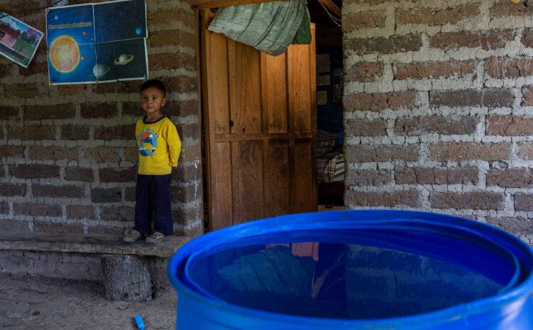 Los niños beben agua contaminada con heces
