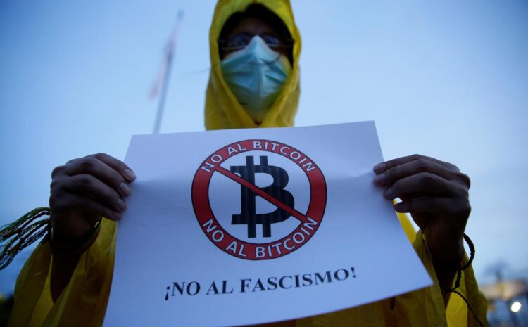 Los salvadoreños muestran desinterés y rechazó al bitcóin, según encuestas