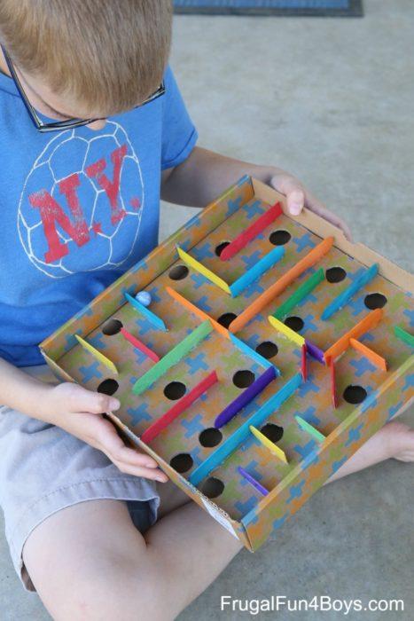 Comment fabriquer un jeu de labyrinthe de billes en carton