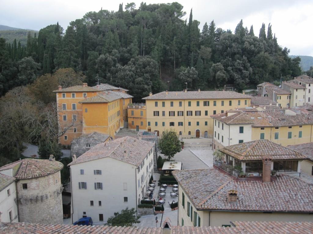 Zicht op Cetona vanuit het middeleeuws kasteel met links de villa La Vagnola met park Terrosi