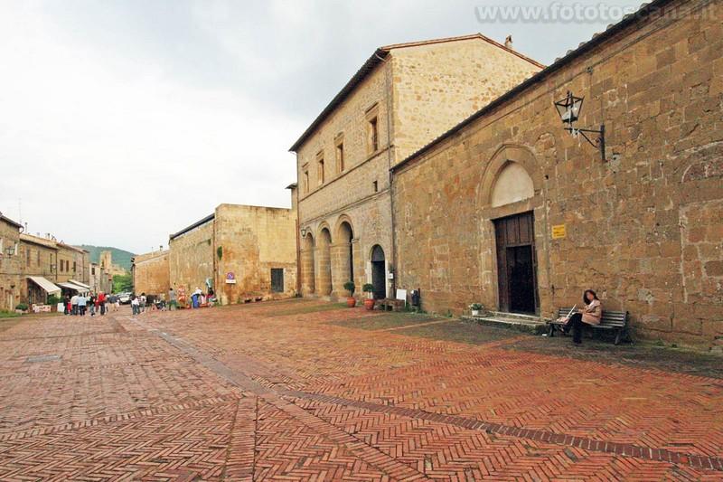 Palazzo Bourbon met rechts de kerk van Santa Maria Maggiore en links de kerk van San Mamiliano
