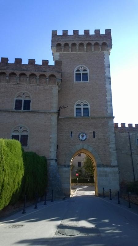 toegangspoort kasteel en ingang Bolgheri