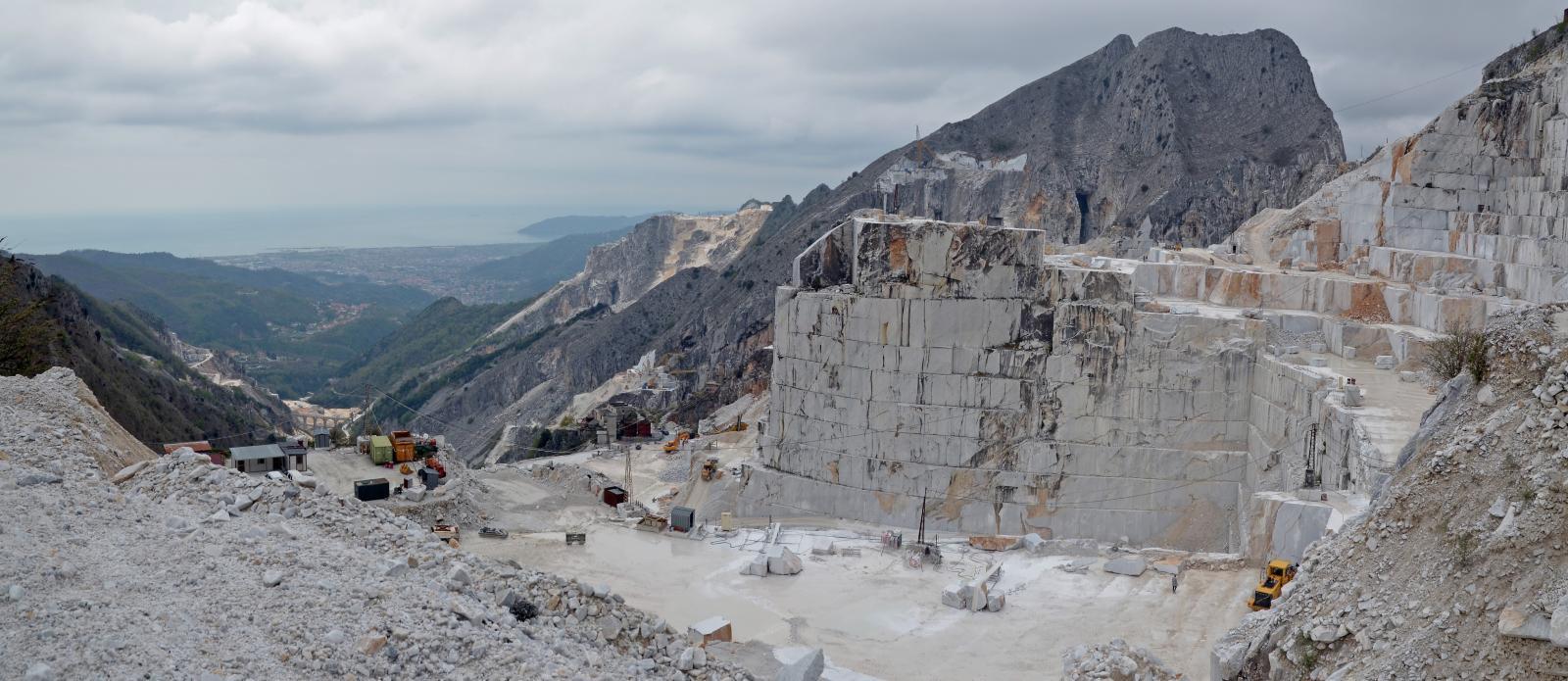 De bergketen Alpi Apuane bekend voor de Carrara marmer