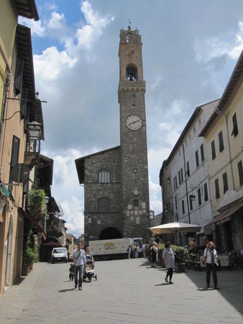 Het mooie centrale plein van Montalcino met het middeleeuws stadhuis