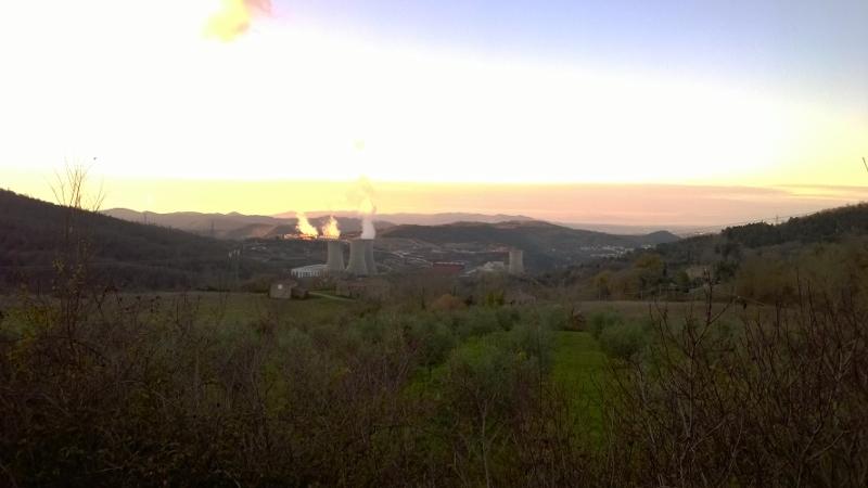 Zicht op de geothermische centrale van Larderello