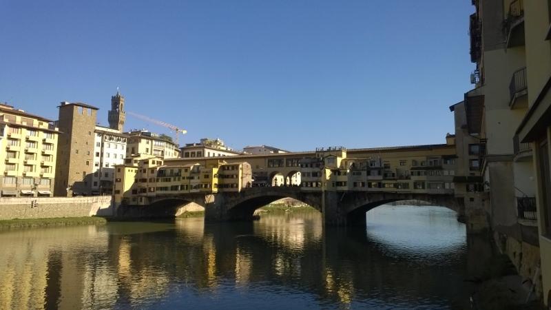 Zicht op de brug Ponte Vecchio vanuit de wijk San Jacopo