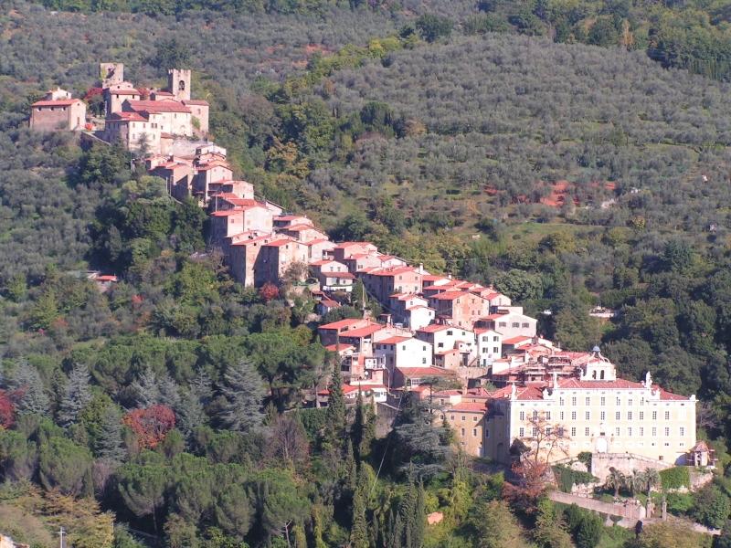Collodi vanuit de hoogte met aan de voet de villa Garzoni