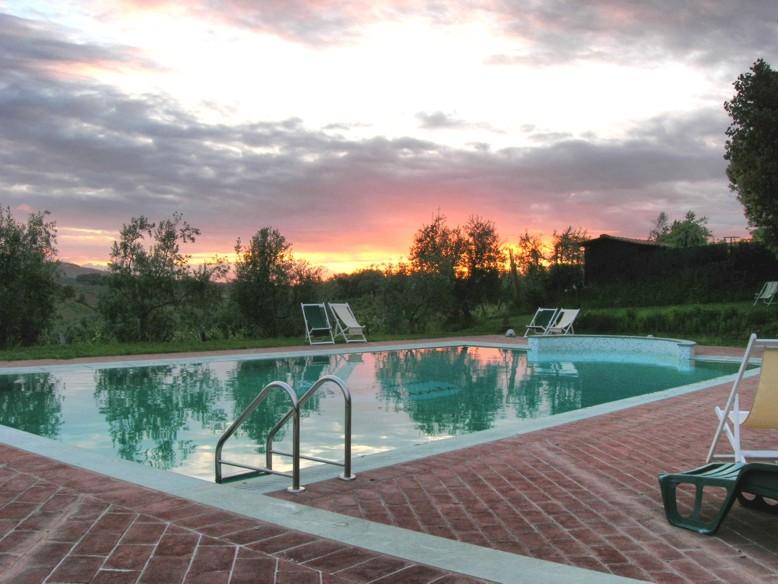 het zwembad bij zonsondergang