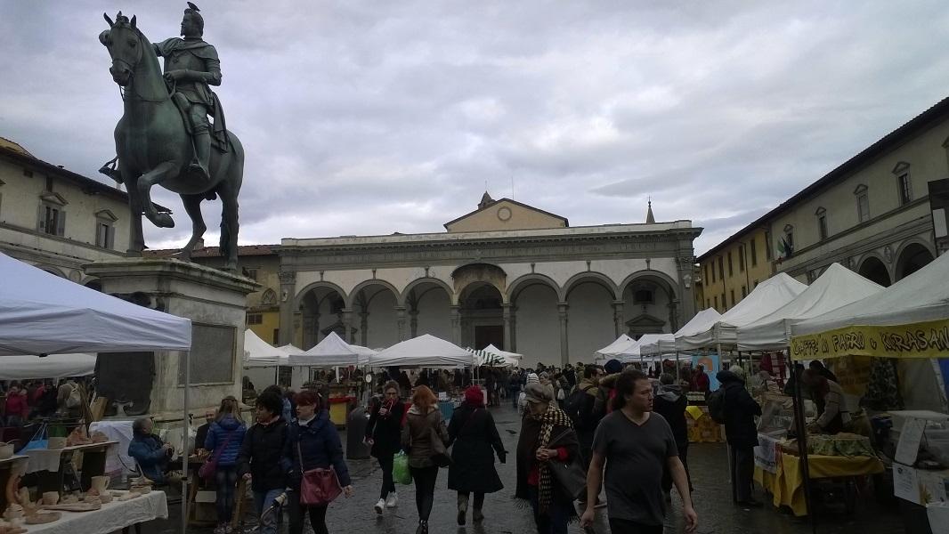 Maandelijkse markt op plein Santissima Annunziata Firenze