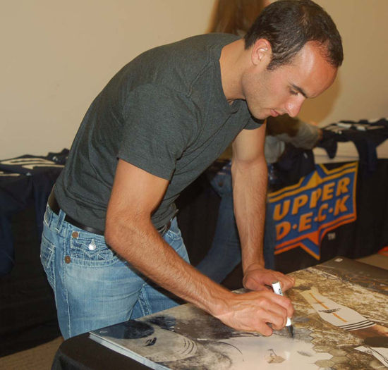 Landon Donovan signs for UDA.