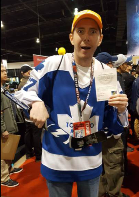 2017-upper-deck-sport-card-memorbabilia-toronto-nhl-hockey-cards-booth-busy-raffle-winner